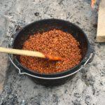 Ein Dutch Oven mit Baked Beans