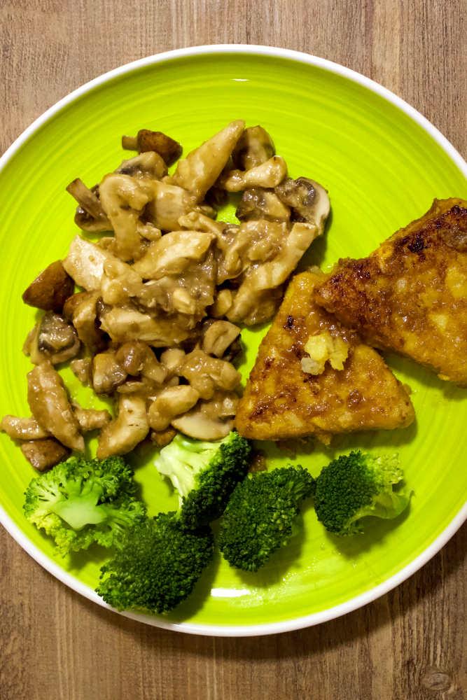 Teller mit Bierhähnchen, Pilzen und Brokkoli
