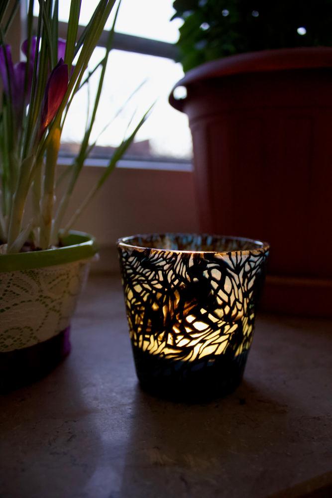 Ein Teller Linsensuppein Kerzenglas mit Teelicht, ummantelt mit Modelliermasse