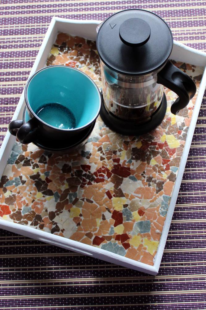 Ein Tablett mit Mosaik aus Eierschalen