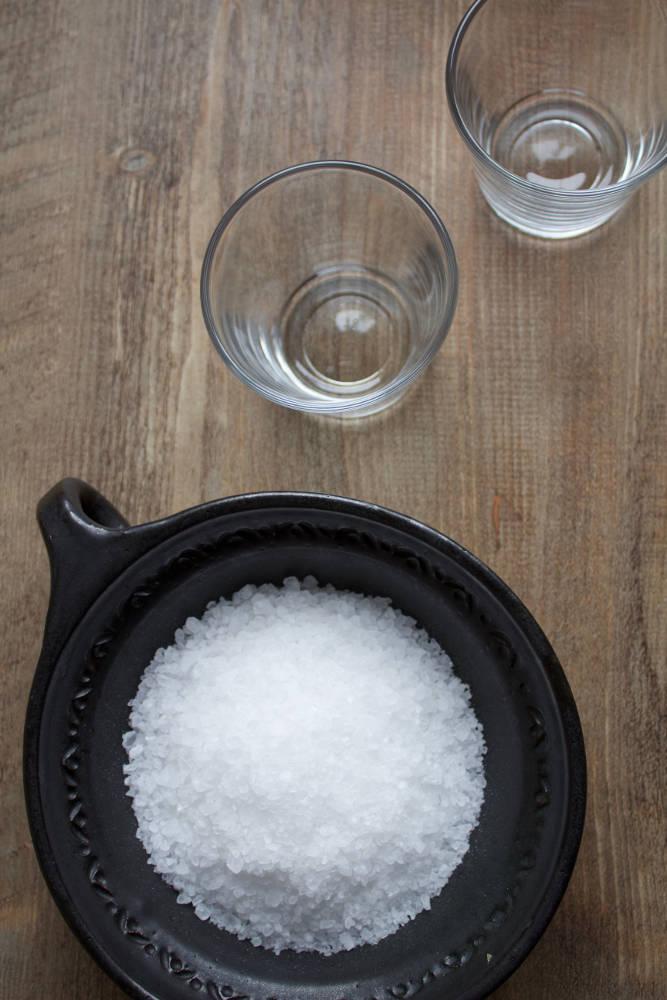 Material für Salzgläser: Zwei Kerzengläser und eine Schüssel mit groben Salz