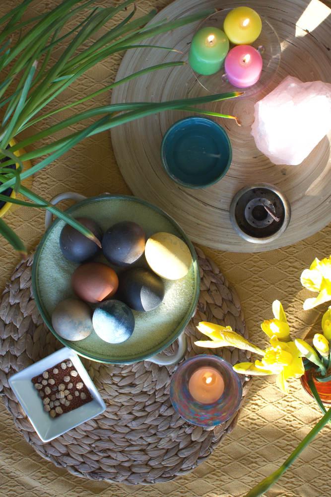 Ein Ostara Altar mit Eiern